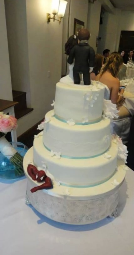 funny-pictures-wedding-cake-spiderman