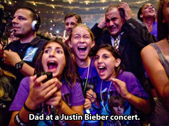 funny-picture-girls-screaming-dad-justin-bieber-concert