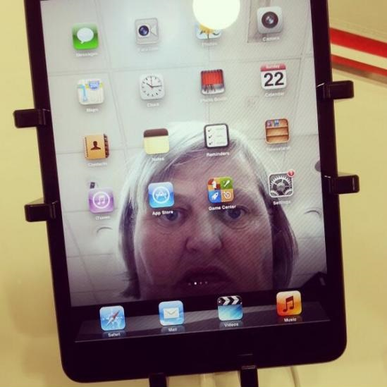 funny-picture-ipad-selfie