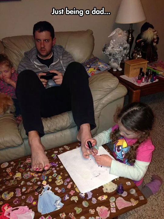 funny-dad-videogames-girl-painting-nails