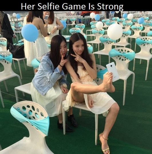 funny-girls-taking-selfie-wedding